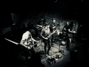 The Artisans suonano sul palco visti dall'alto